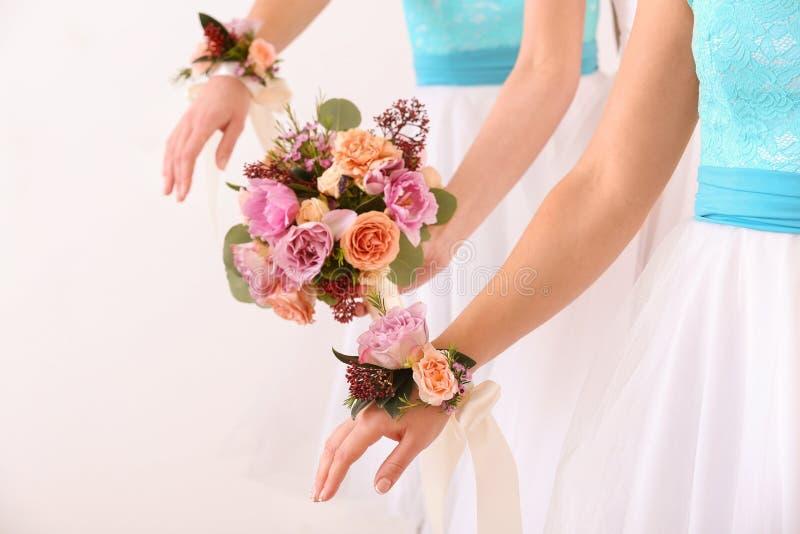 Jeune mariée tenant le bouquet de mariage et demoiselles d'honneur photographie stock