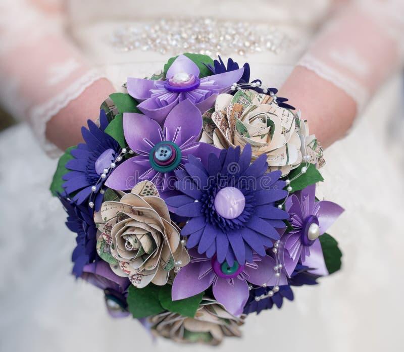 Jeune mariée tenant le bouquet des fleurs de papier photos libres de droits