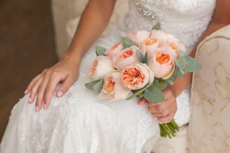Jeune mariée tenant le bouquet riche de mariage images stock