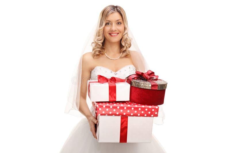 Jeune mariée tenant un groupe de cadeaux de mariage image libre de droits