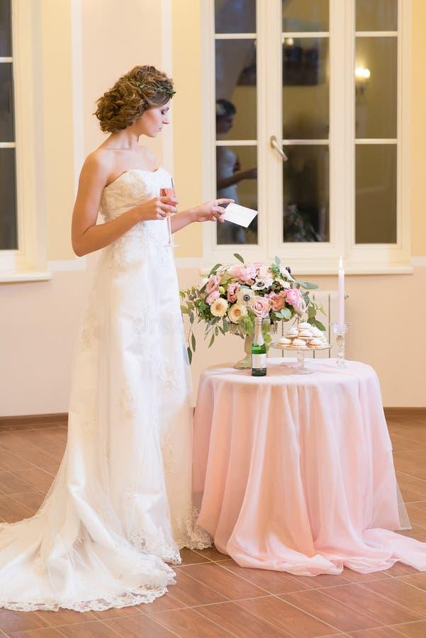 Jeune mariée tenant une enveloppe image stock