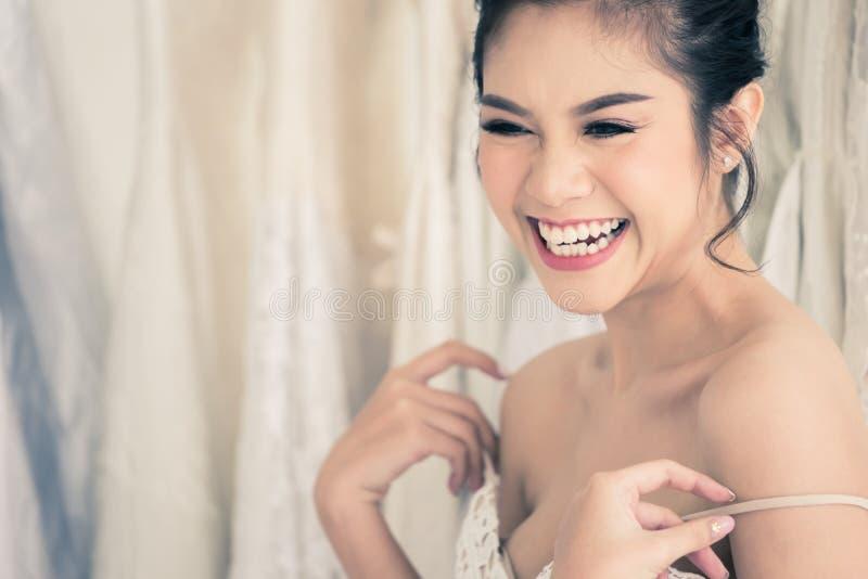 Jeune mariée thaïlandaise heureuse en épousant des boutiques de robes photographie stock libre de droits