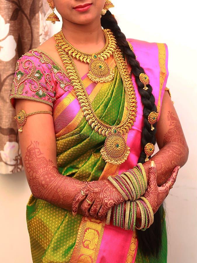 Jeune jeune mariée traditionnelle dans la robe de mariage, rituels indiens du sud de mariage, cérémonie images libres de droits