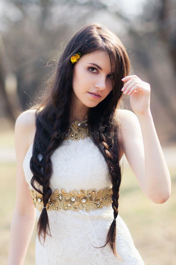 Jeune mariée tressée dans la robe blanche au photoshoot de mariage photographie stock