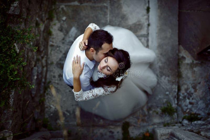 Jeune mariée velue magnifique élégante de brune et marié élégant sur le b photographie stock