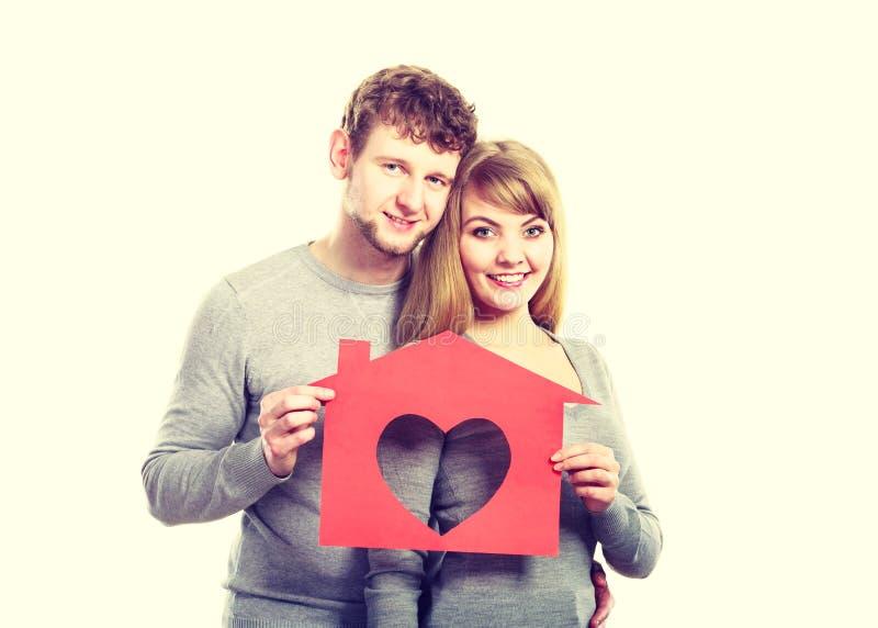Jeune mariage amoureux avec la maison photographie stock