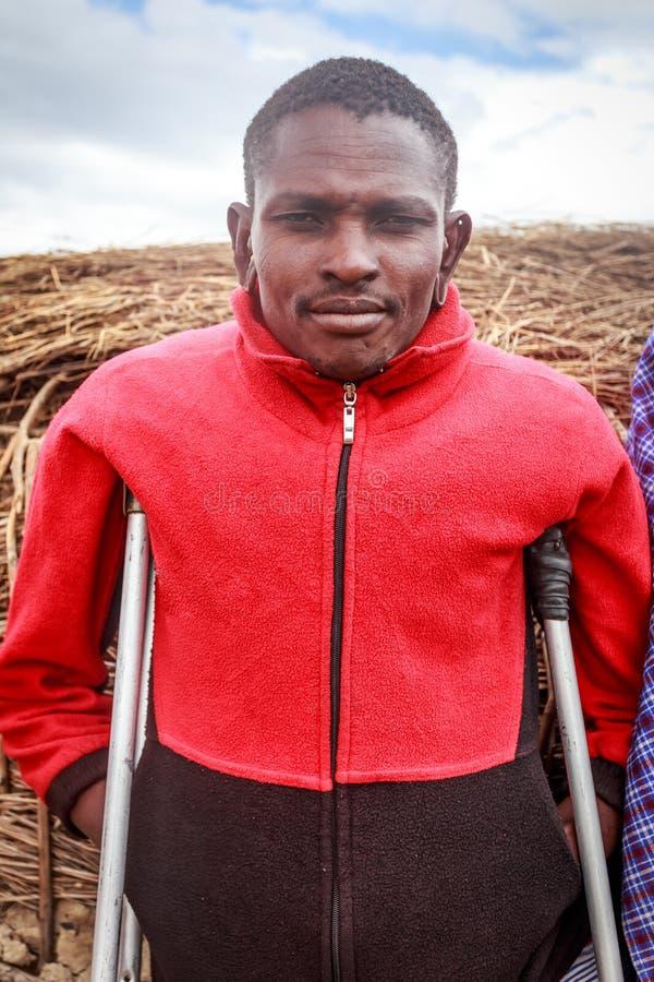 Jeune masai avec des béquilles photos stock