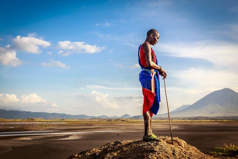 Jeune masai près du lac images stock