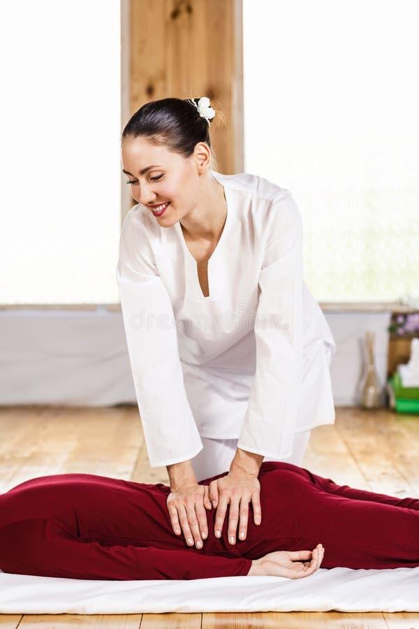 Jeune massage de masseur photographie stock libre de droits
