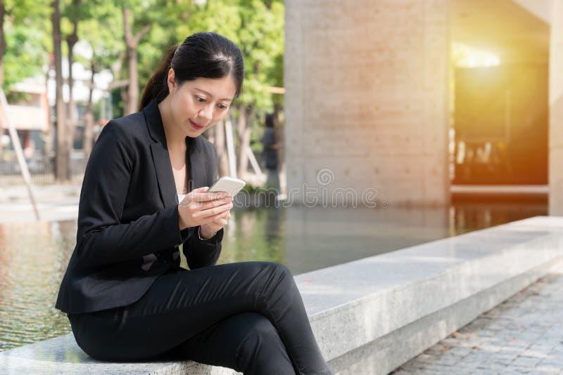 Jeune message textuel asiatique professionnel photo libre de droits
