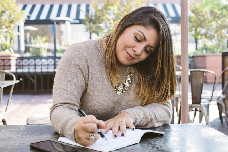 Jeune millénaire écrivant ses 2019 résolutions photo stock