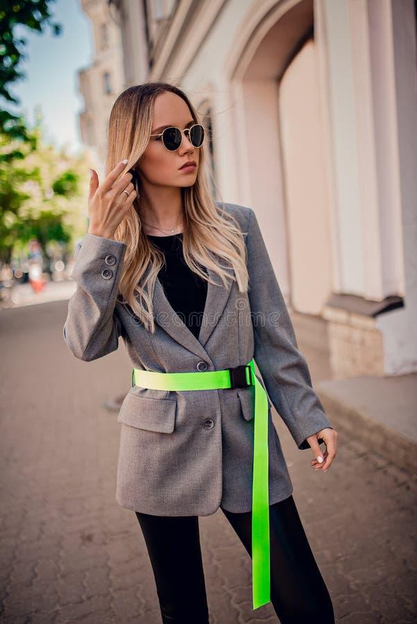 Jeune modèle élégant posant sur la rue image libre de droits