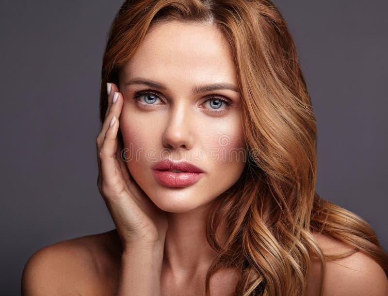 Jeune modèle avec le maquillage naturel et la peau parfaite photos stock