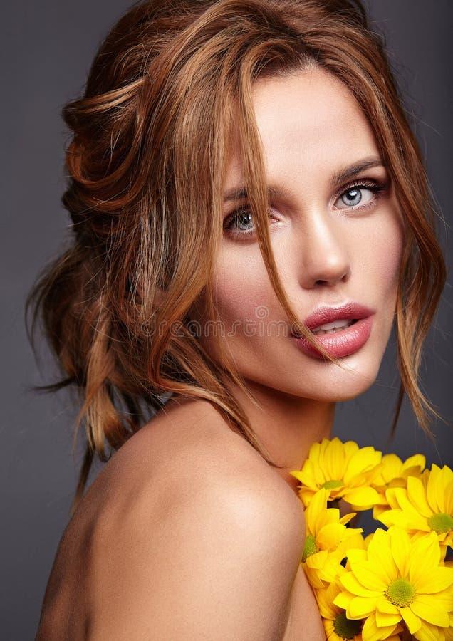 Jeune modèle avec le maquillage naturel et la peau parfaite images stock