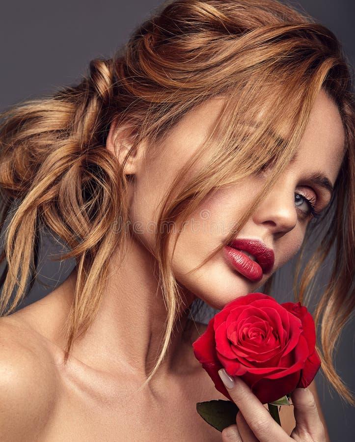 Jeune modèle avec le maquillage naturel et la peau parfaite photos libres de droits