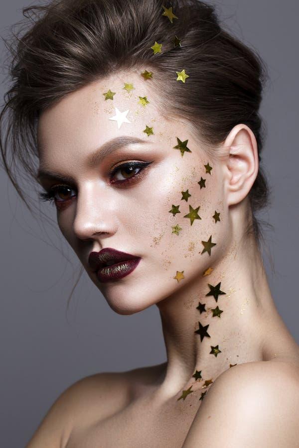 Jeune modèle avec le maquillage professionnel d'art photos libres de droits