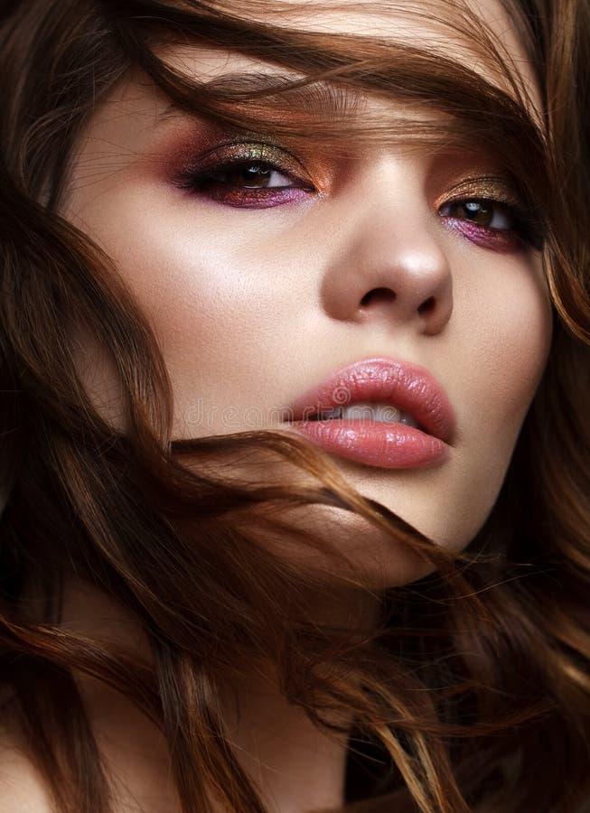 Jeune modèle avec les yeux fumeux en bronze photographie stock