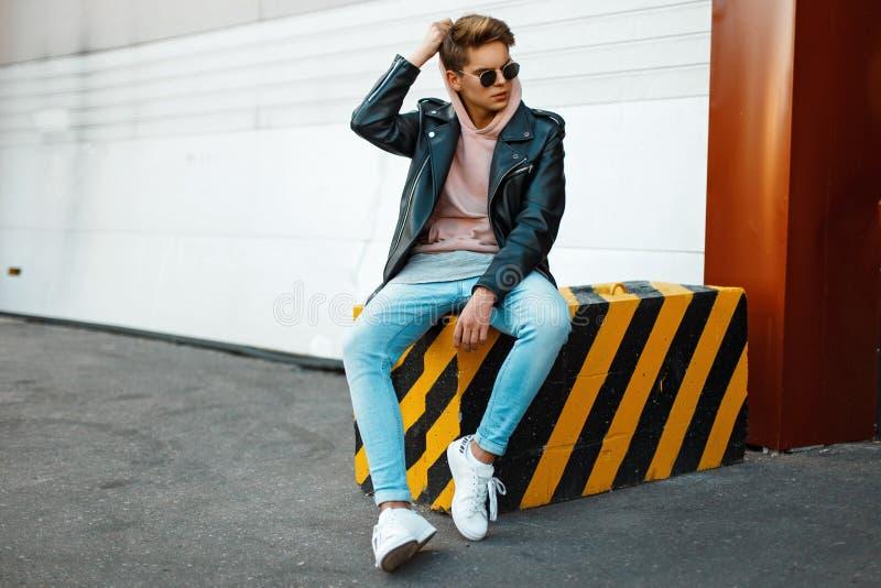 Jeune modèle beau des lunettes de soleil de port d'un homme photo libre de droits