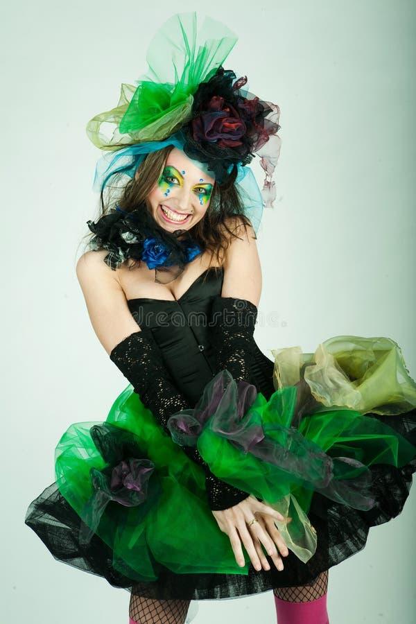 Jeune modèle dans la robe carnaval avec le renivellement créateur image stock