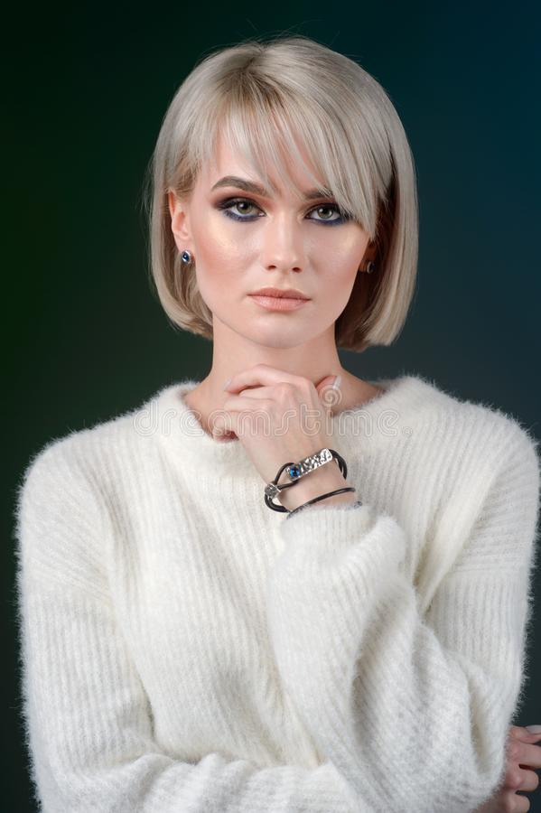 Jeune modèle de beauté avec le bracelet et les boucles d'oreille Bijoux et accessoires images stock