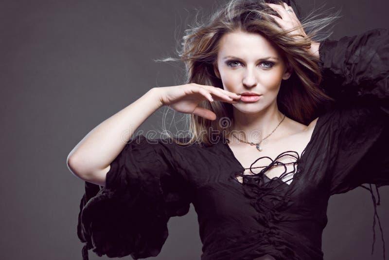 Jeune modèle de mode attrayant. photo stock