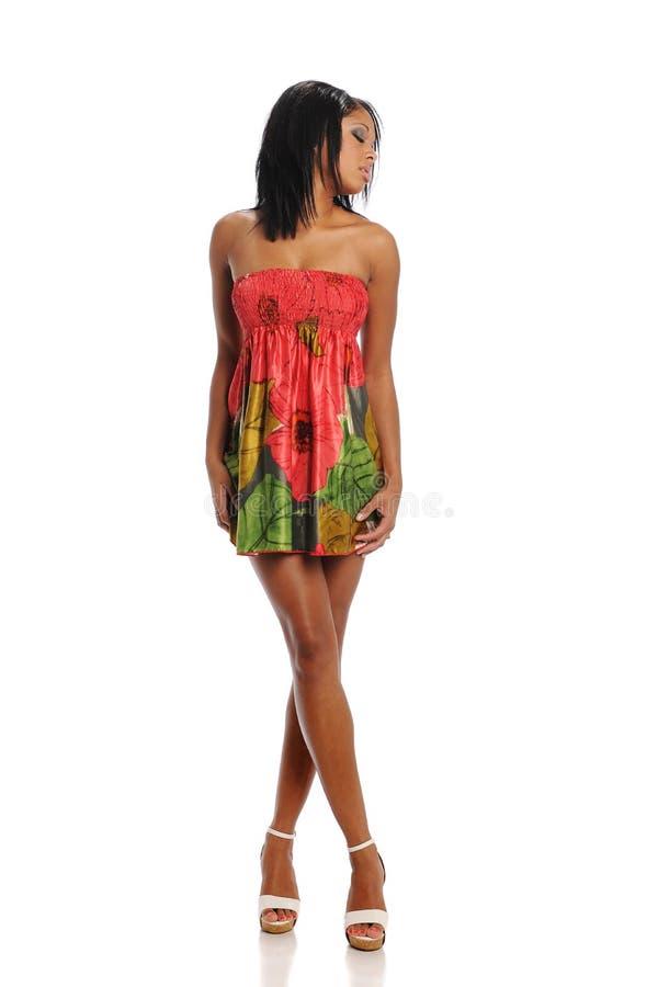 Jeune modèle de mode de femme de couleur photo stock