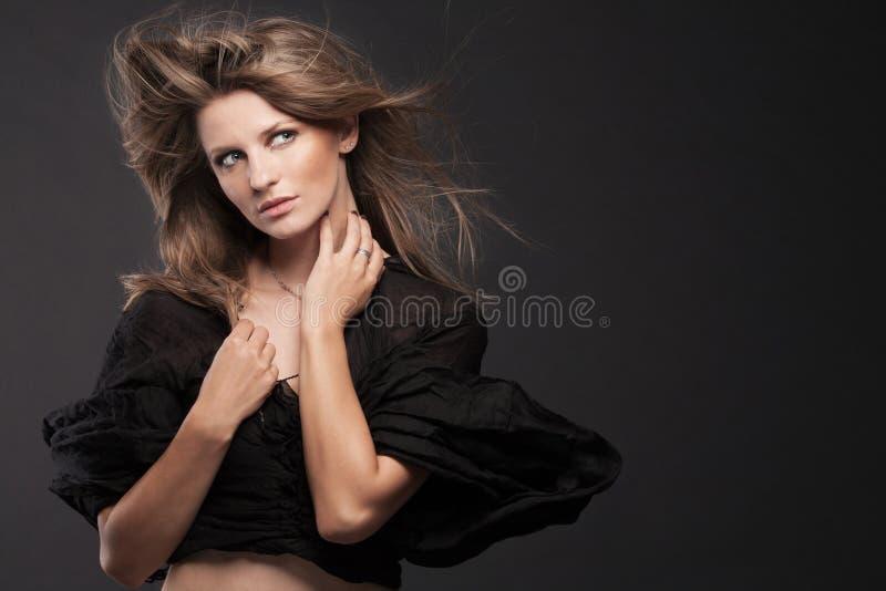 Jeune Modèle De Mode Posant Sur Le Fond Foncé. Photographie stock