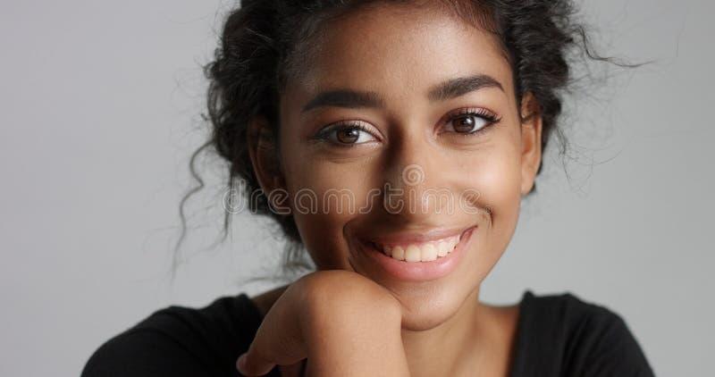 Jeune modèle du Moyen-Orient attrayant touchant son joli visage avec la peau impeccable photographie stock libre de droits