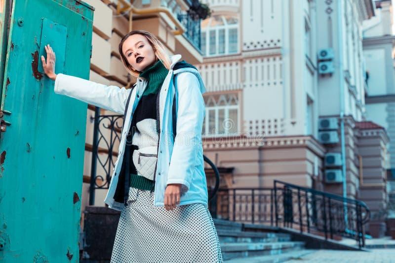 Jeune modèle favorisant la collection d'hiver posant l'extérieur image stock
