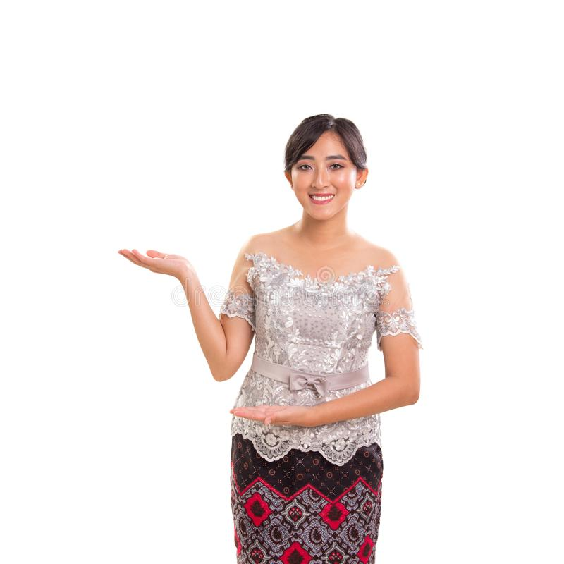 Jeune modèle femelle asiatique dans le costume traditionnel avec la pose de présentation photos stock