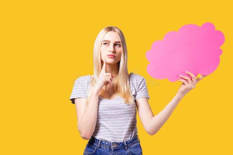 Jeune modèle femelle avec de longs cheveux blonds tenant la bulle des textes images libres de droits