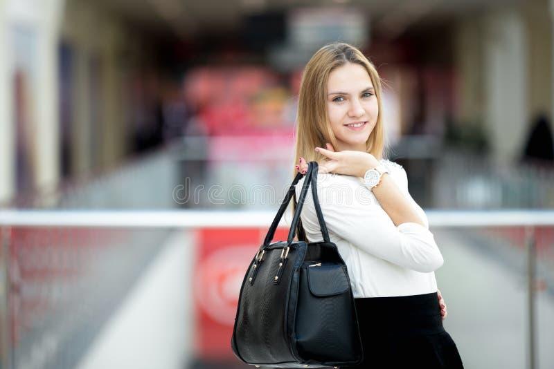 Jeune modèle femelle dans l'équipement élégant tenant le sac à main images libres de droits