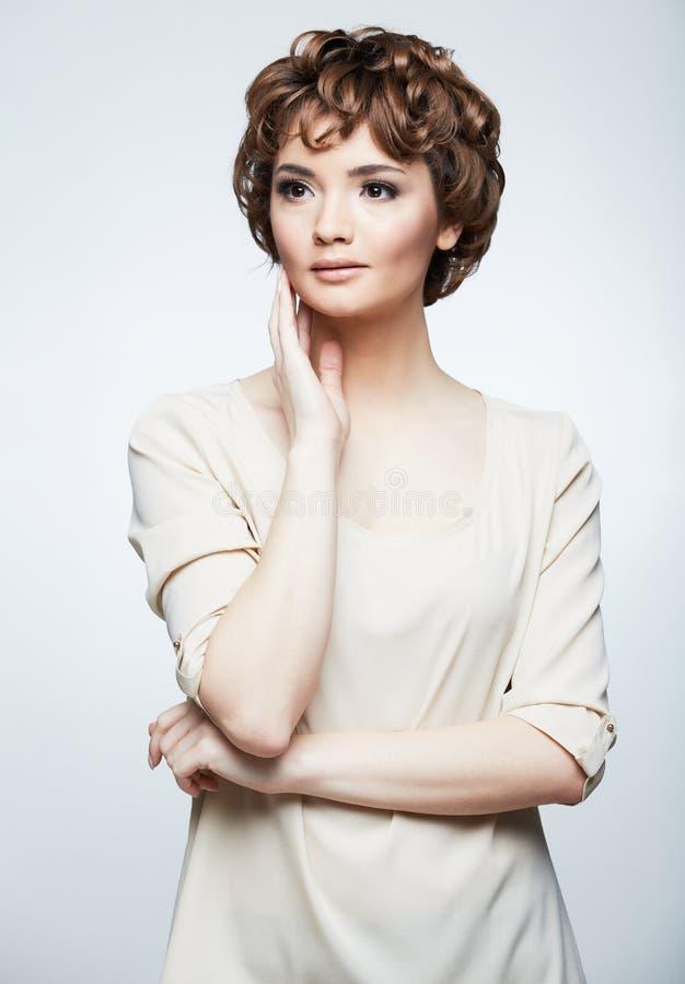 Jeune modèle femelle dans la robe long de soirée argentée photo libre de droits