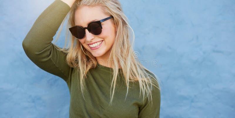Jeune modèle femelle gai avec des lunettes de soleil image libre de droits