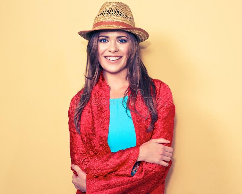 Jeune modèle femelle heureux Portrait de sourire de style de mode de femme photos stock
