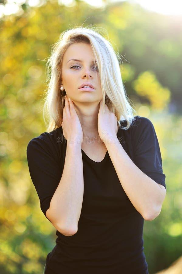 Jeune modèle femelle sensuel posant dehors images stock