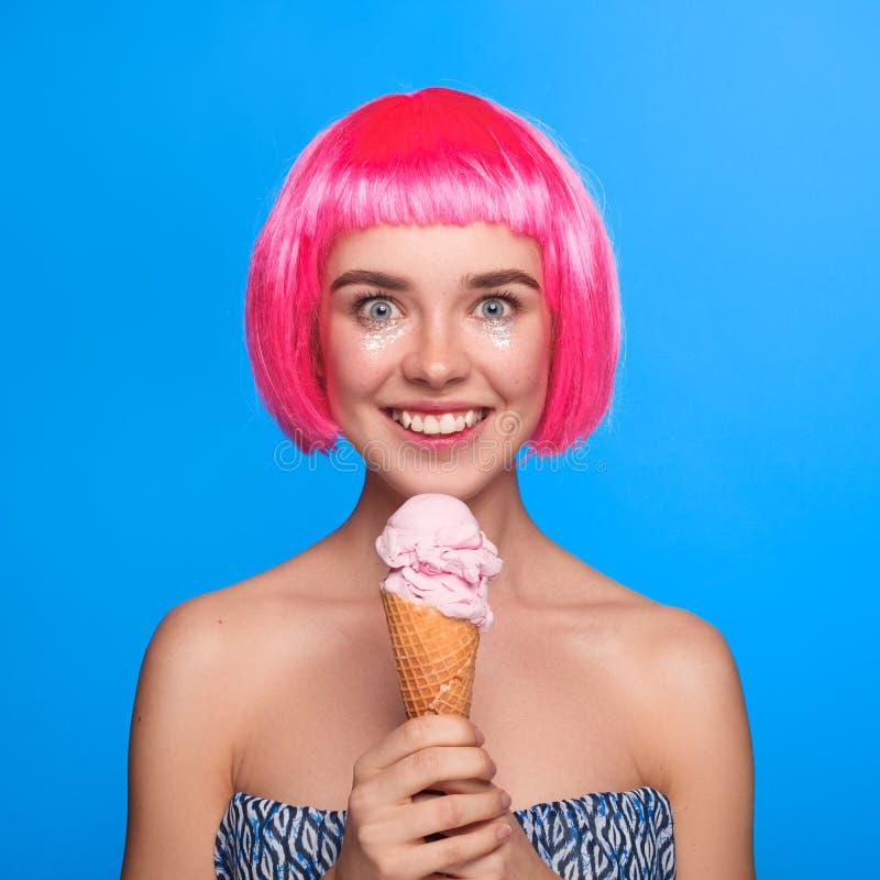 Jeune modèle gai avec la crème glacée  photographie stock