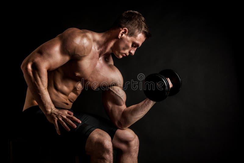 Jeune modèle masculin sans chemise sportif de forme physique avec des haltères images libres de droits