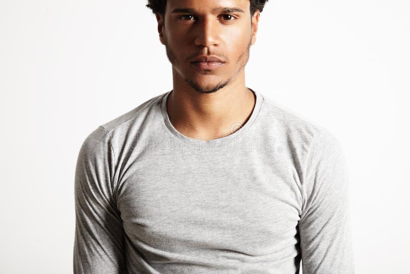 Jeune modèle noir sexy utilisant le T-shirt gris-clair de longsleeve images libres de droits