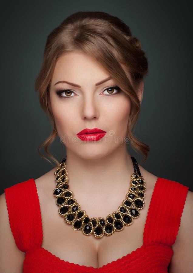 Jeune mode de tir de studio de femme de beauté image libre de droits