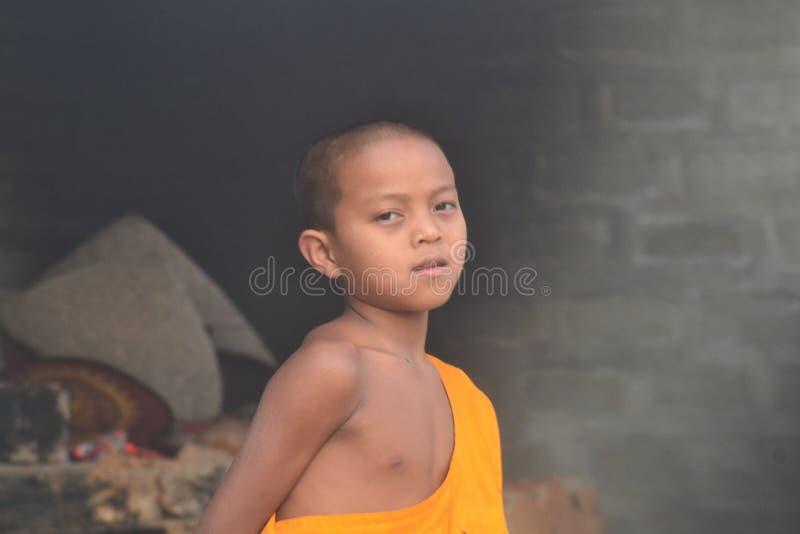 Jeune moine sur les rues du lac Inle, Myanmar image stock