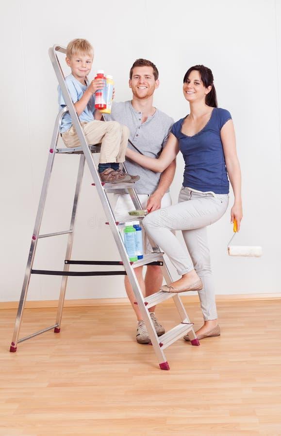 Jeune mur de peinture de couples à la maison photo libre de droits
