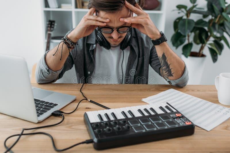 Jeune musicien fâché photographie stock