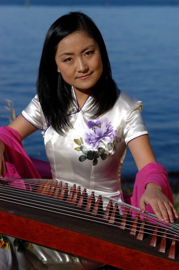 Jeune musicien heureux image stock