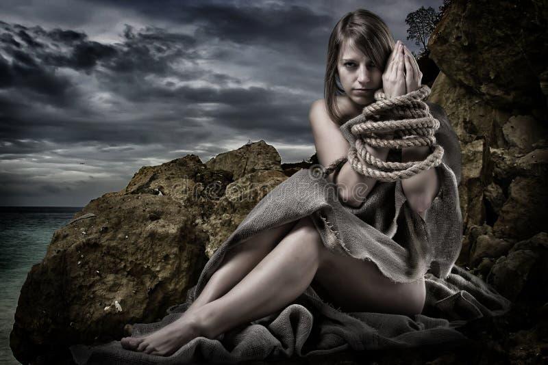 Femme avec attachées les mains images libres de droits