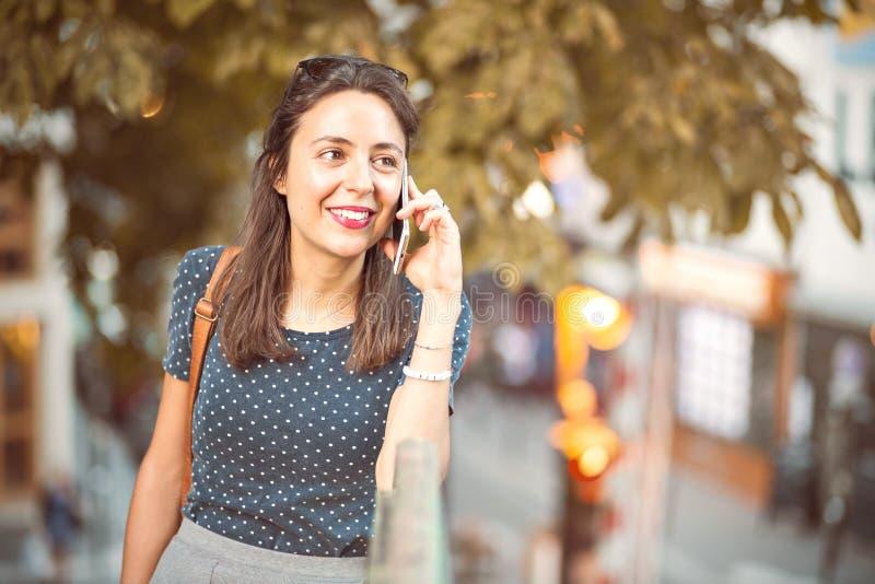 Jeune, naturelle femme invitant un téléphone portable image stock