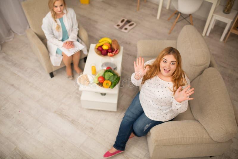 Jeune nutritionniste féminin travaillant dans son bureau photos stock