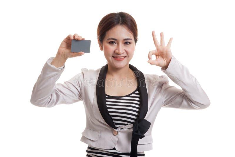 Jeune OK asiatique d'exposition de femme d'affaires avec une carte vierge image stock