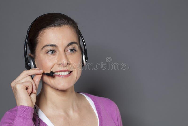 Jeune opérateur de centre d'appels répondant au téléphone photos libres de droits