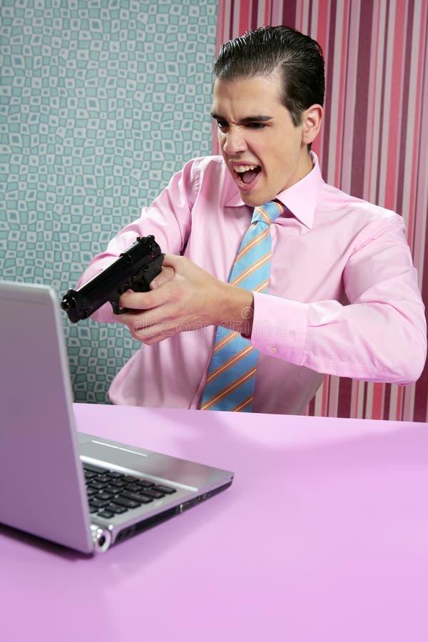 Jeune ordinateur de pistolet de tir d'homme d'affaires images libres de droits